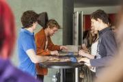 Fast nach jeder Vorstellung geben Anthony Mrosek und Jonas Lauenstein Autogramme auf dem Programmflyer, der auseinandergefaltet das Plakat der beiden enthält.