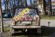 """Werbefahrzeug des Deutsch-Sorbischen Volkstheaters. Als """"fahrende Litfaßsäule"""" wurde das Fahrzeug in der Öffentlichkeit und auf Schulhöfen eingesetzt."""